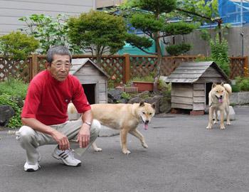 杉山氏と阿久姫・図嶺荘濱田(左) ピリカ・ピンネシリ杉山犬舎(右)